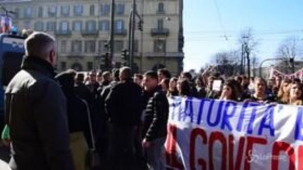 Torino, polizia carica corteo studenti