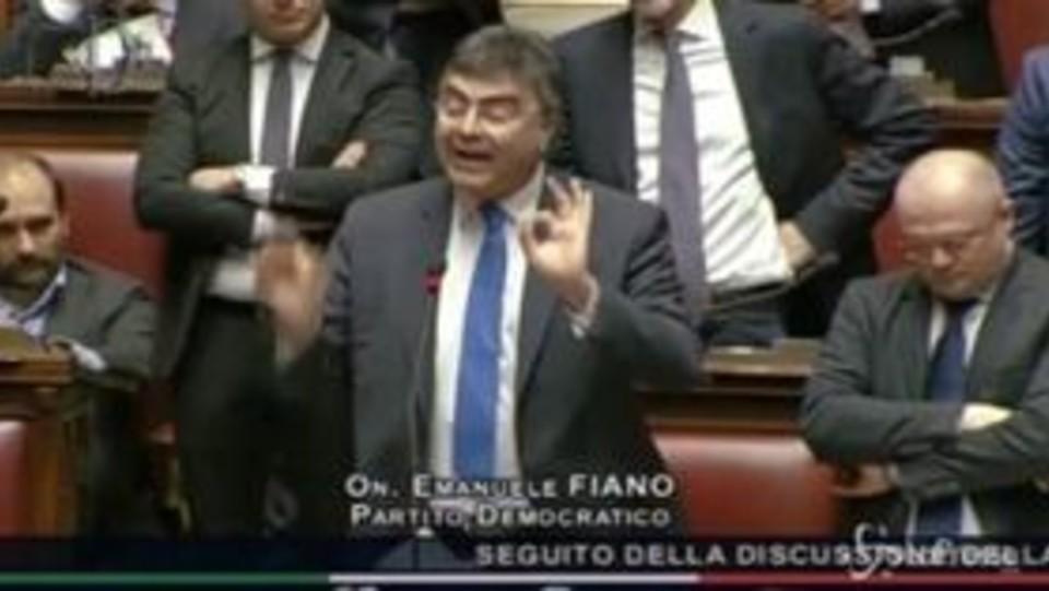 Bagarre alla camera deputati pd lanciano fogli contro fico for Deputati del pd
