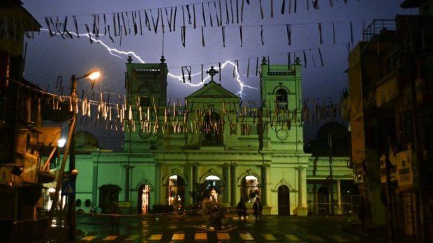 Lo Sri Lanka abbassa il bilancio degli attacchi: 253 i morti. Si dimette segretario alla Difesa