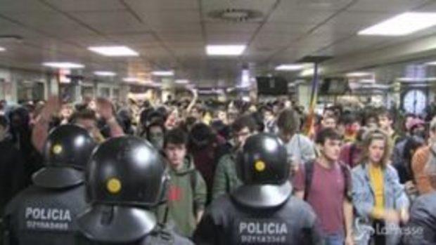 Barcellona, manifestanti cercano di bloccare la stazione della metropolitana