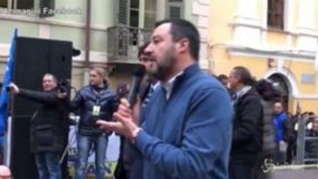 """Salvini 'regista' per le foto con i fan: """"Preparate il telefono in modalità selfie"""""""