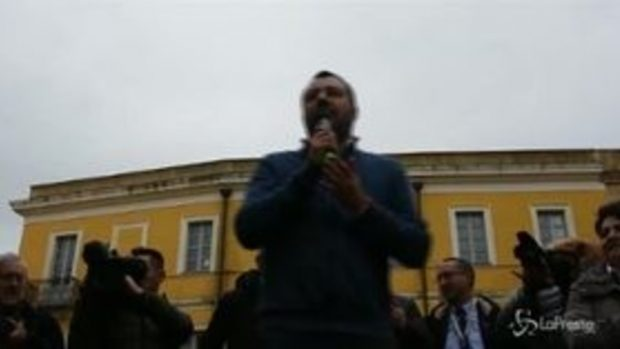 """Salvini attacca: """"A qualcuno le divise fanno paura"""""""