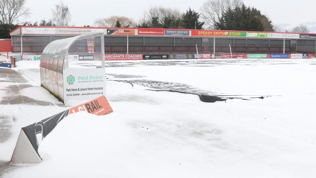 Lo stadio innevato del Cheltenham, il match contro il Notts County è stato rinviato causa neve