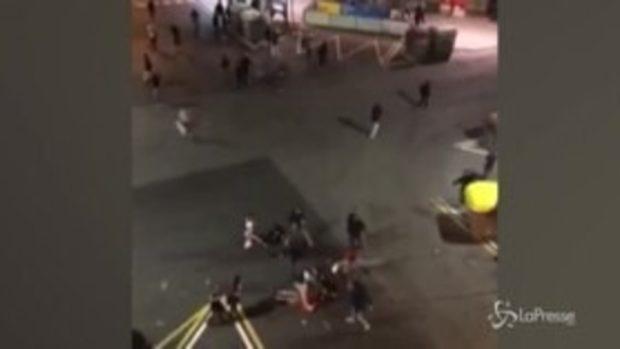 Scontri Catalogna, giovane selvaggiamente picchiato da estremisti di destra a Barcellona