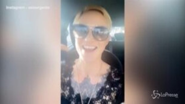 Asia Argento scatenata alla guida: fuma e canta a squarciagola i Green Day