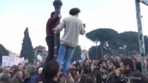 """Sardine a Roma, """"Chi non salta è della Lega…"""""""