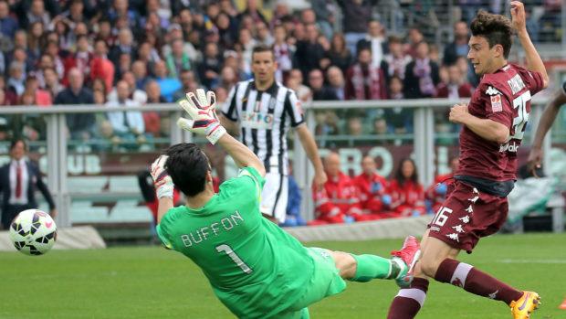 Matteo Darmian segna contro Buffon il primo goal del Torino contro la Juventus